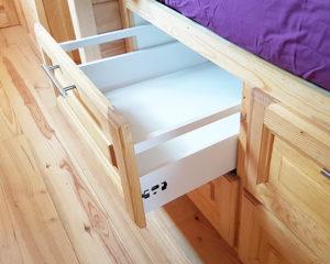 Tiroir de rangement sous lit roulotte.