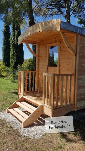 Roulotte-Farigoule-en-bois-au-pied-du-mont-Ventou